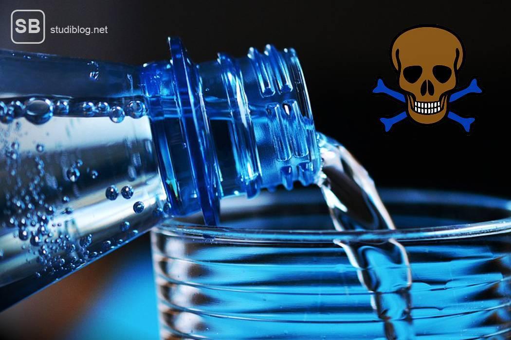 Darstellung des Dihydrogenmonoxid durch eine Mineralwasserflasche aus der Wasser in ein Glas gegossen wird, daneben steht ein Totenkopfzeichen