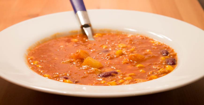 Ein Teller mit veganem Chili sin Carne.