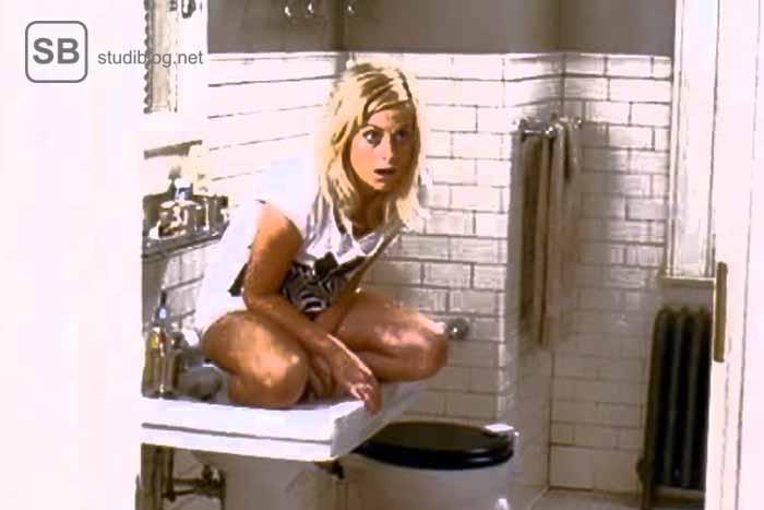 Studentin sitzt im Waschbecken mit einem erschrockenen Blick zum Thema was dich in einer Mädels WG erwartet