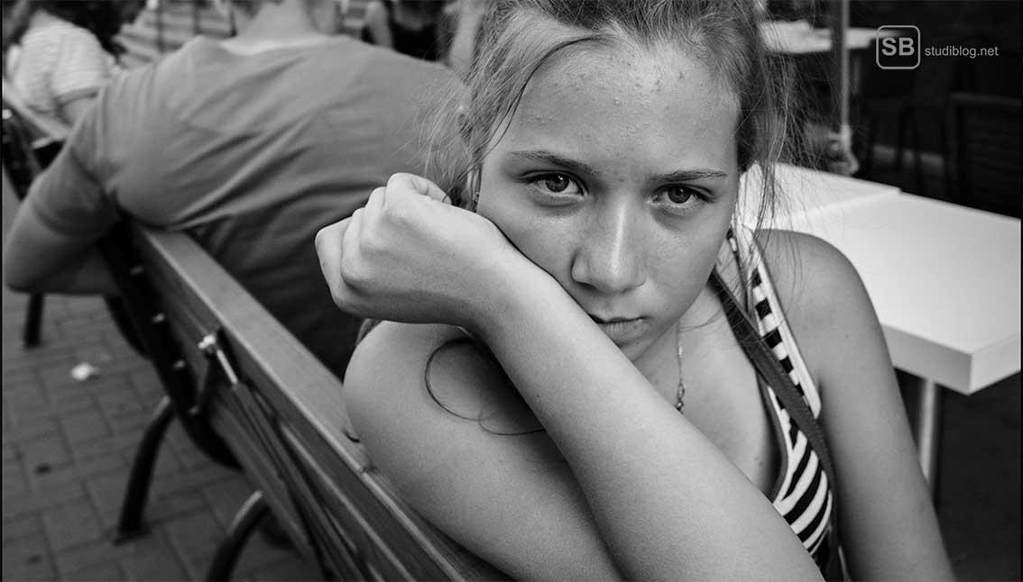 Nachdenkliches Mädchen, dass auf einer Bank sitzt zum Artikel warum Männer sich nach dem ersten Date nicht mehr melden