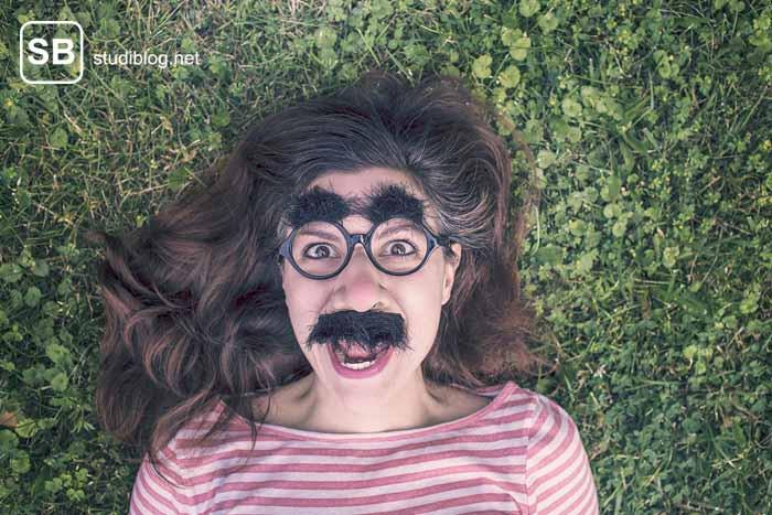 Mädchen mit Brille und Bart als Sinnbild für einen Professor