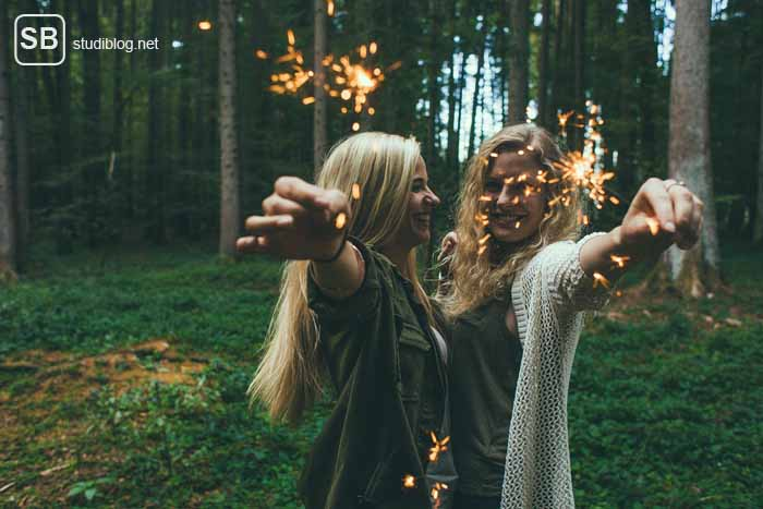 Freunde finden an der Uni - Mädls mit Sternwerfer in der Hand vor eime Waldstück