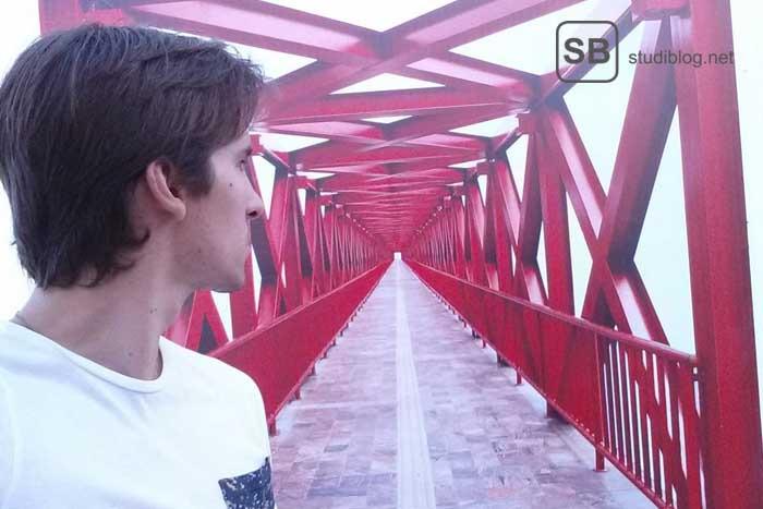 Ein Junge auf einer Brücke überlegt sich seine Möglichkeiten