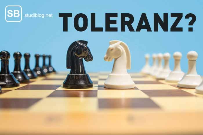 Ein Schachbrett auf denen sich zwei Springer gegenüber stehen zum Thema Toleranz