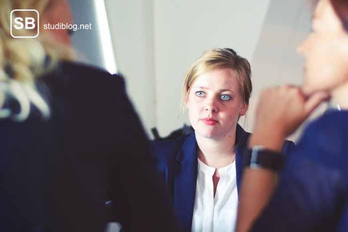 Eine Situation wie beim Vorstellungsgespräch mit drei Frauen, die sich unterhalten