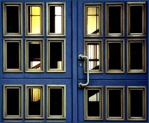 Bild zum Beitrag schwarzes Loch mit einer blauen, geschlossenen Flügeltür.