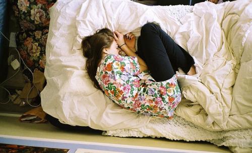 Ein Mädchen liegt zusammengekauert im Bett - Beitragsbild zum Artikel 'Er steht einfach nicht auf dich'.