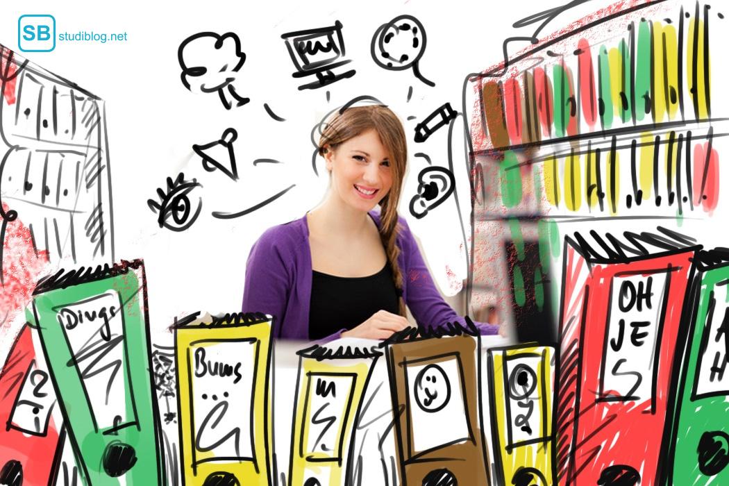 Studentin sitzt am Schreibtisch, umgeben von Lernunterlagen und findet ihren Lerntypen heraus.