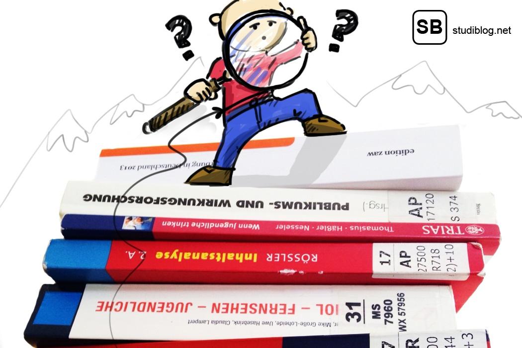Kleines Comic-Männchen steht auf einem Bücherstapel und sucht mit der Lupe passende Literatur für eine Arbeit.