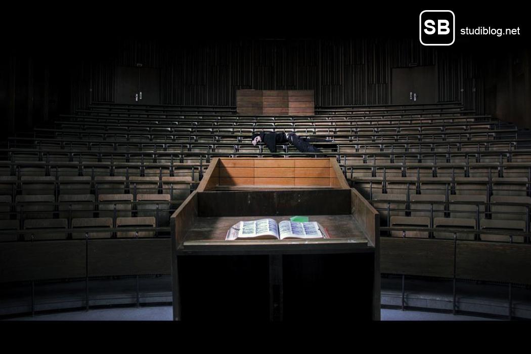 Beitragsbild studienanfaenger-impressionen - Schlafender Student im Hörsaal aus Sicht des Rednerpultes
