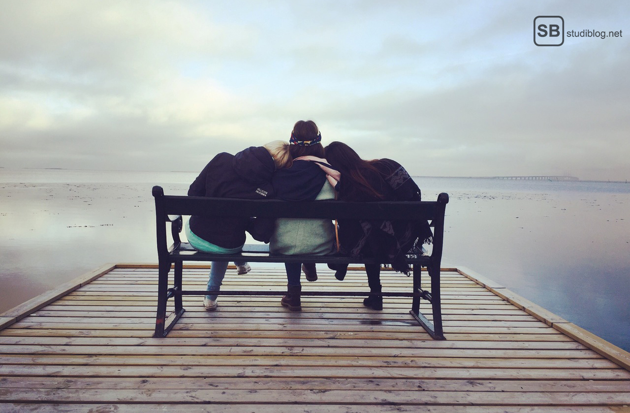 Der Tod ist was für Mutige: Drei Freundinnen auf einer Bank auf einem Steg