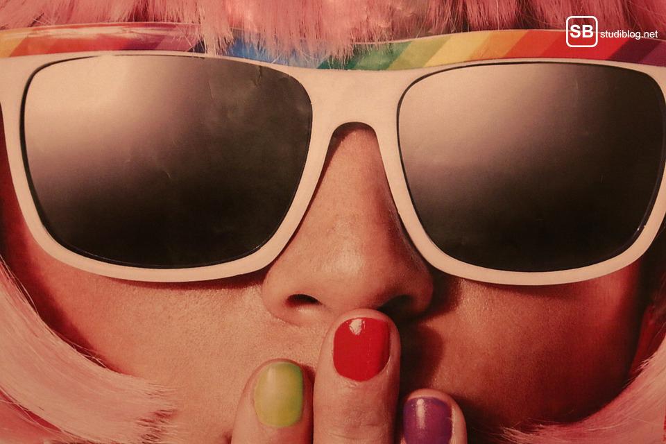 Die Zeit heilt alle Wunden: Gesicht eines Mädchens mit Sonnenbrille
