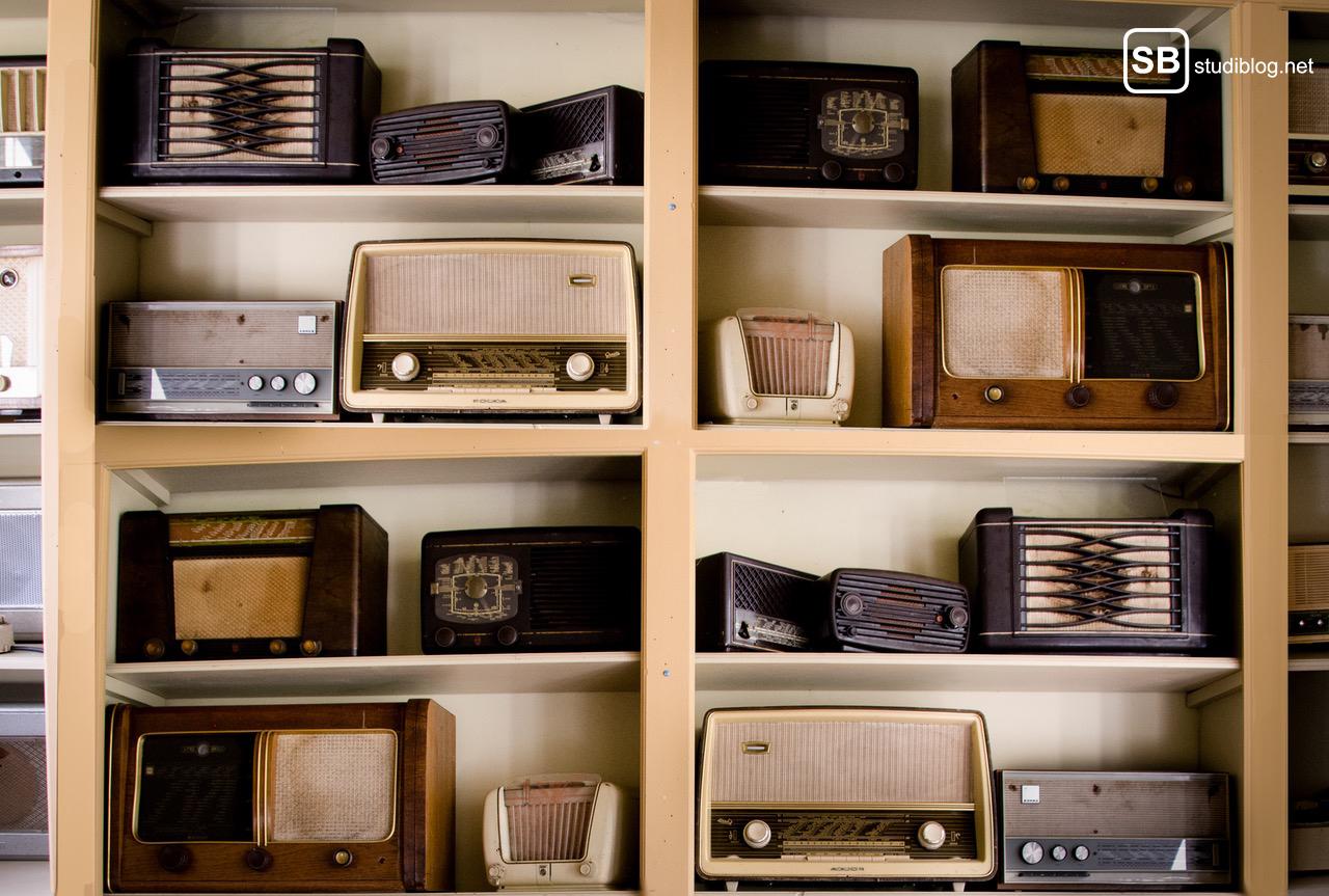 Internet is the Radio Star: viele Antike Radios in Regalen