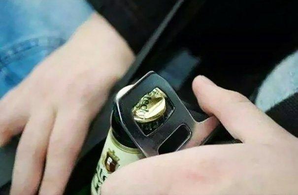 Lifehacks - Den Anschnallgurt als Flaschenöffner verwenden