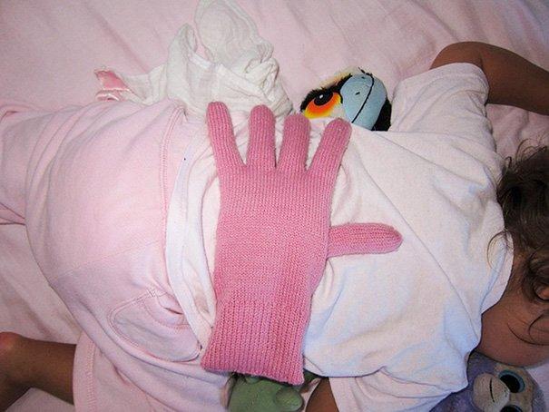 Lifehacks - Handschuh liegt auf Rücken eines Babys um Körperkontakt zu simulieren