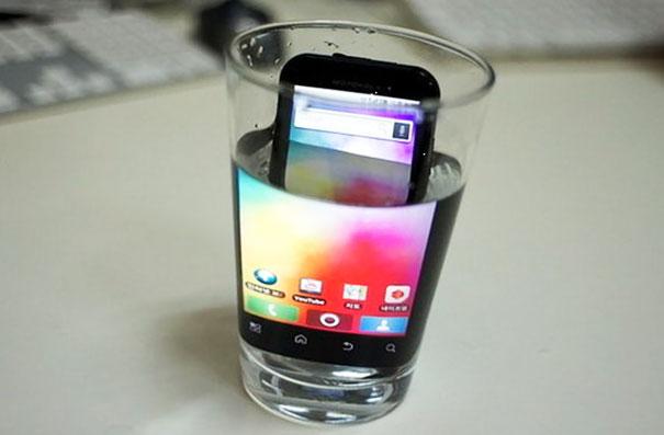 Lifehacks - Um das Display eines Handys zu vergrößern, das Handy einfach in ein Wasserglas stellen