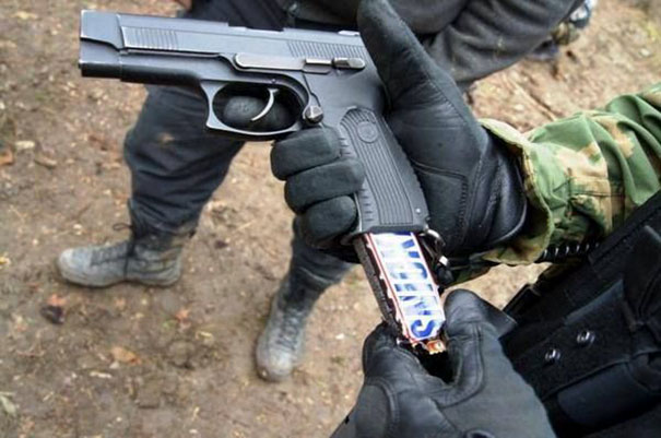 Lifehacks - Ein Snickers ins Kino schmuggeln geht am einfachsten wenn man es als Magazin in einer Pistole versteckt