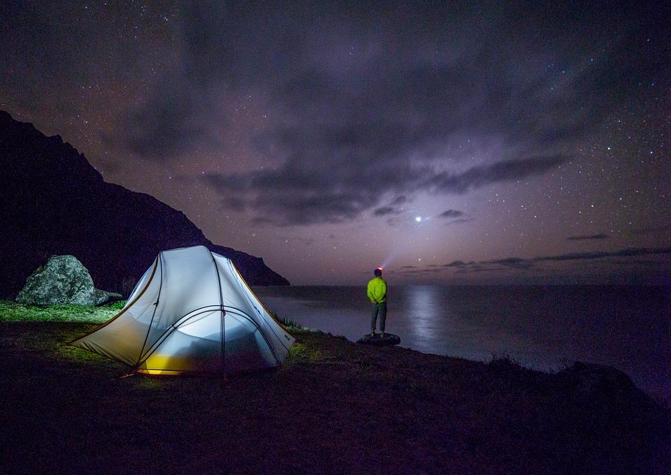 Alternative zur Party: Zelten bei Nacht am See