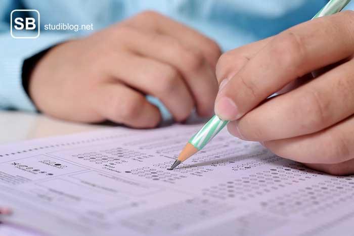 Student schreibt Multiple Choice Prüfung zum Thema bessere Prüfungen schreiben