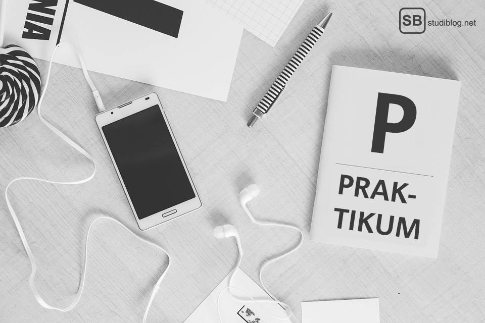 P wie Praktikum: Handy, Stift, Kopfhörer, etc. liegen auf einem Tisch