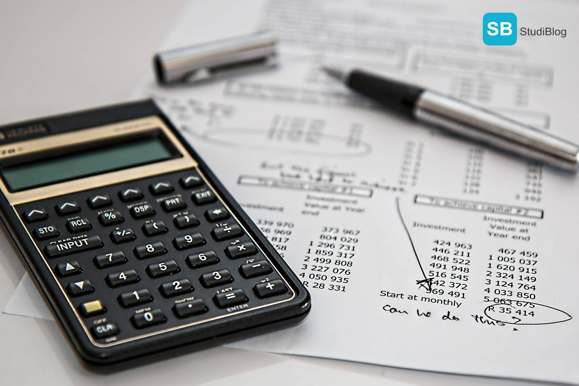 Beitragsbild im Text für den Beitrag zur Weiterbildung während des Berufs - Dargestellt wird ein Taschenrechner und ein Füller