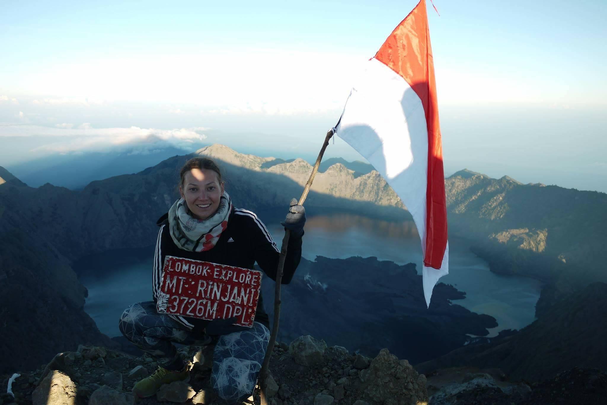 Auf dem Gipfel des Rinjani mit Flagge und Aussicht