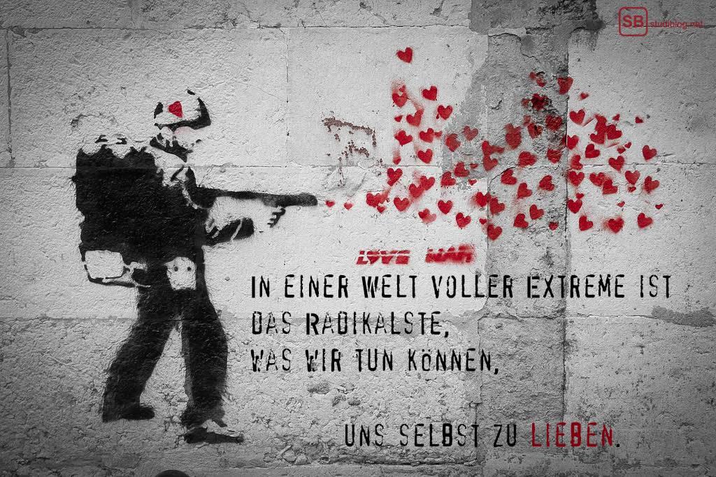 """Kein Krieg: Banksy Graffiti mit Schriftzug: """"In einer Welt voller Extreme ist das Radikalste, was wir tun können, uns selbst zu lieben."""""""
