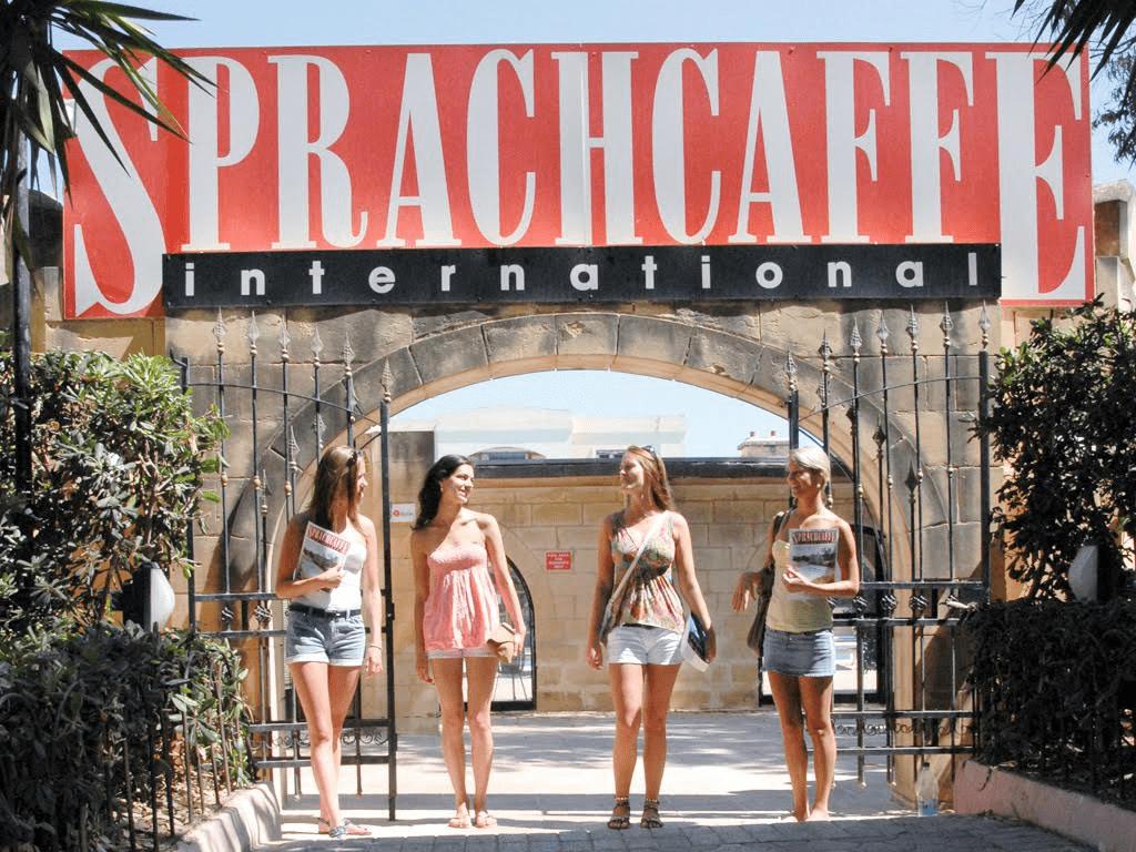 Artikelbild von Sprachcaffe mit vier Mädchen in einem Toreingang