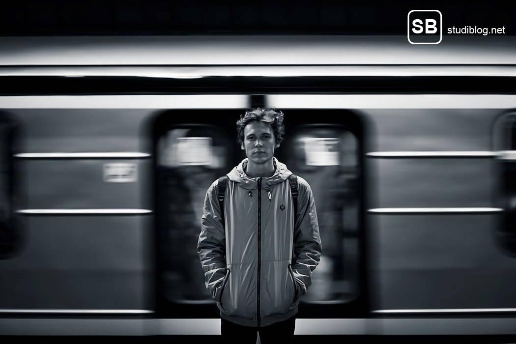 Beitragsbild zum Thema Suchen und Finden einer Studentenwohnung. Gezeigt wird ein Student der an einem Bahnsteig steht, im Hintergrund ein einfahrender Zug