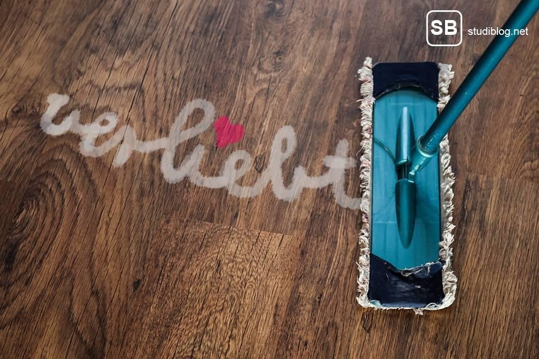 """Wenn Mitbewohner putzen - Wischmob mit einen """"verliebt""""-Schriftzug auf dem Parkett"""