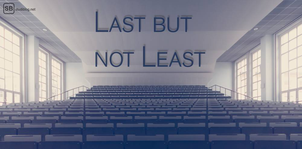 Letzter an der Uni: Leerer Hörsaal mit Text: Last but not least.
