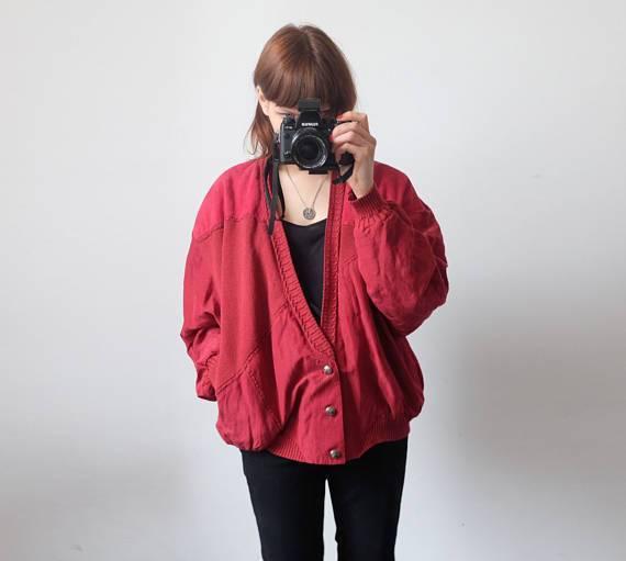 90er Trend: Frau trägt rote Bomberjacke