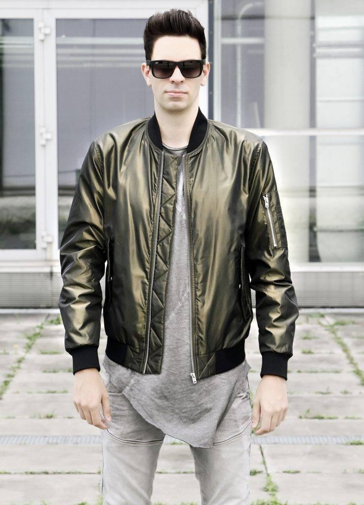 Trend der 90er: Mann trägt schimmernde Bomberjacke