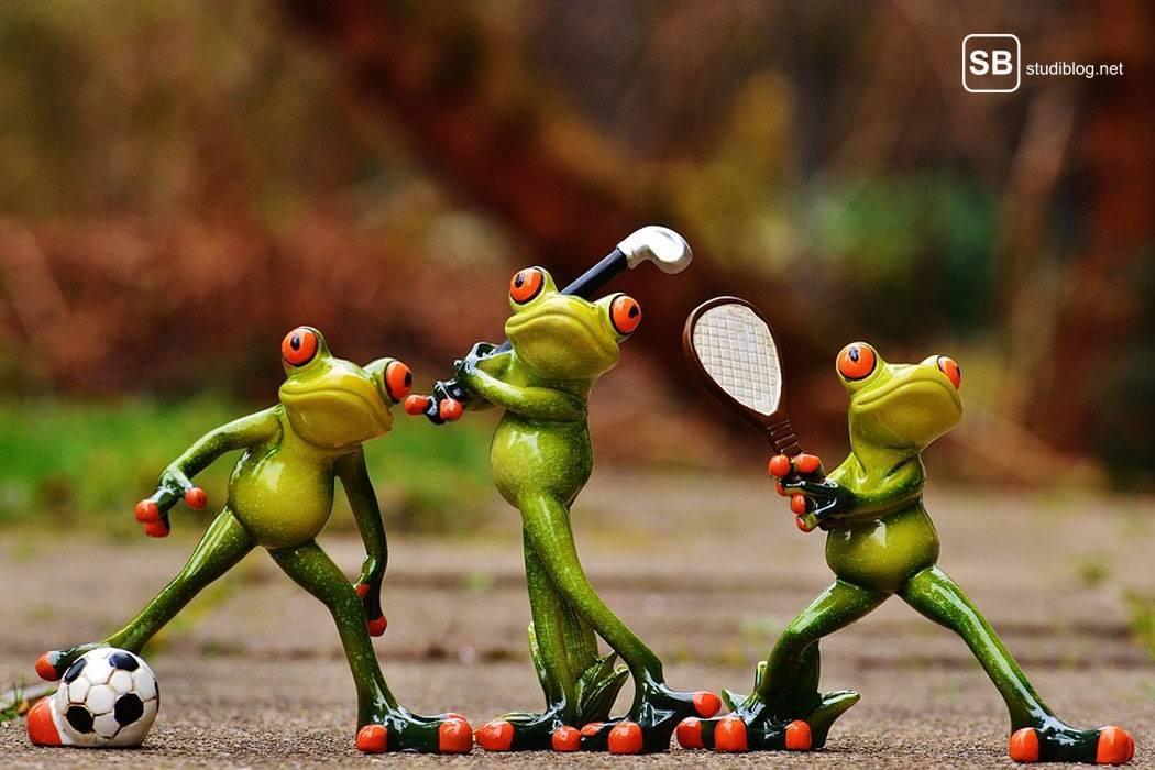 Drei kleine Keramikfrösche, die Cricket spielen - Der Sportstudent am Campus.