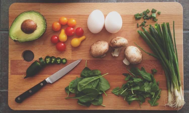Eine gesunde Ernährung, mit viel Gemüse, zur Behandlung gegen Cellulite