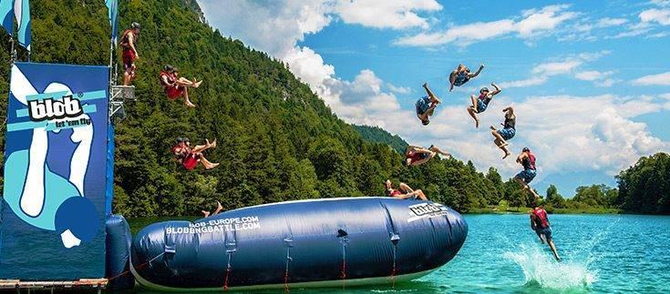 Freizeit-Aktivität im Sommer am See: Blobbing