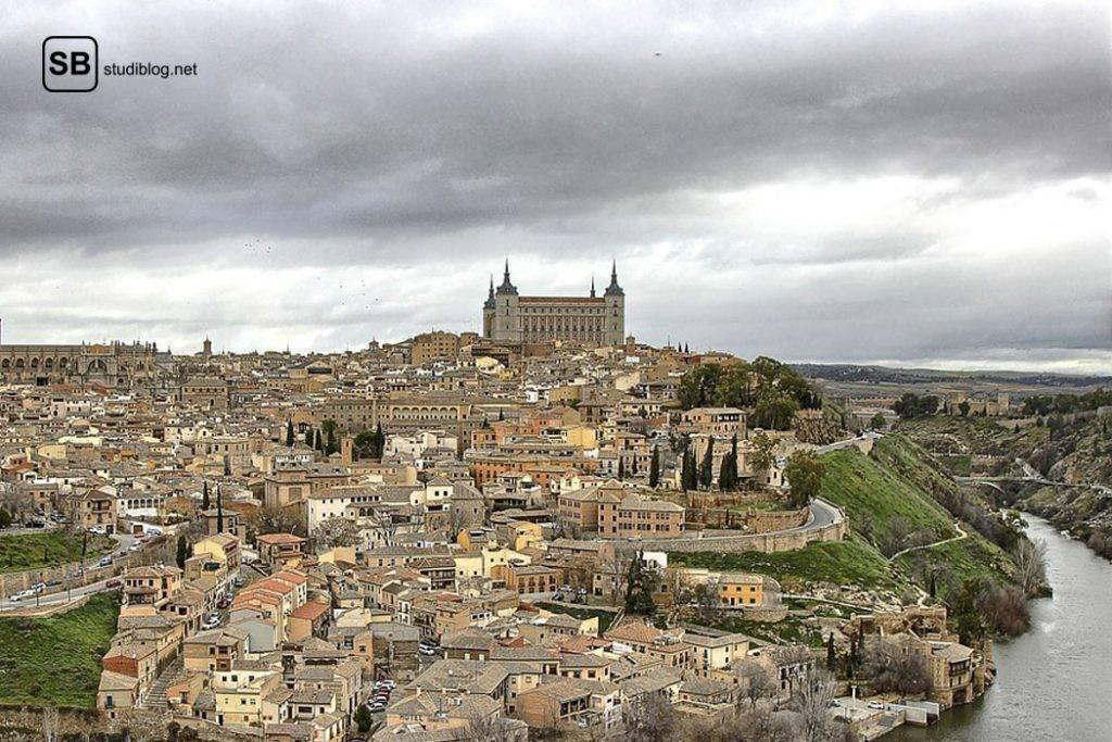 Altstadt von Toledo in Spanien mit im Mittelpunkt stehender Kathedrale Santa Maria an einem bewölkten Tag - Reisetipps abseits von Mallorca.