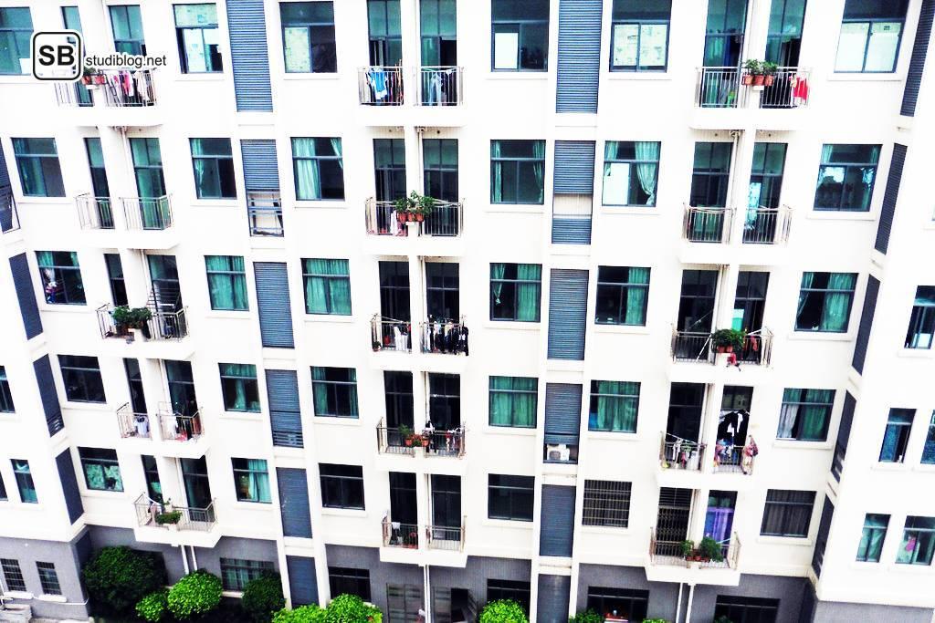 Die Entscheidung für oder gegen ein Studentenwohnheim fällt nicht leicht - Fassade eines Studentenwohnheims