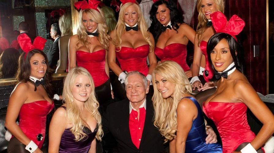Playboy Bunnies umringen Hugh Hefner