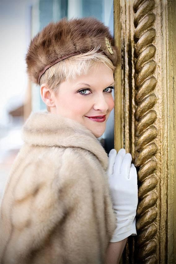 Mode in Paris: Frau trägt eine Pelzmütze und eine Pelzjacke