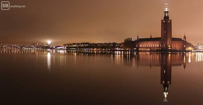 Stadshuset: Das Rathaus in Stockholm bei Nacht