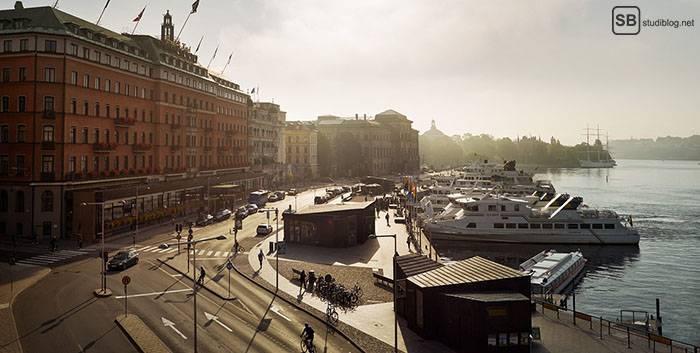 Bootstour: Das Grand Hotel Stockholm mit anliegenden Booten