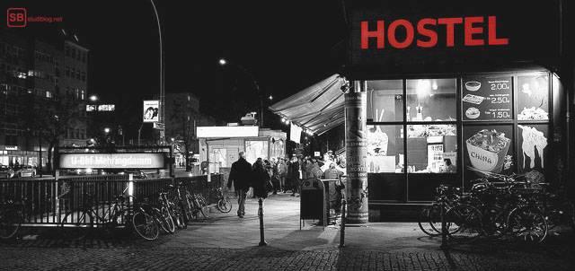 Reisebericht Paris: Schwarz-Weiß-Aufnahme mit rotem Schriftzug: Hostel