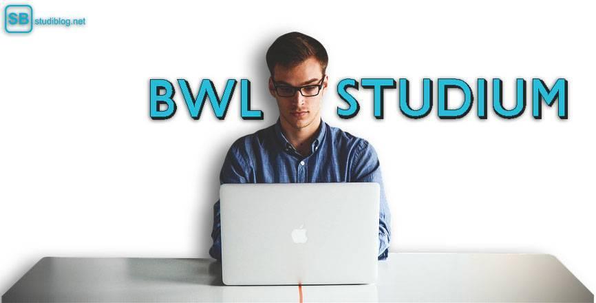 BWL-Student sitzt am Laptop
