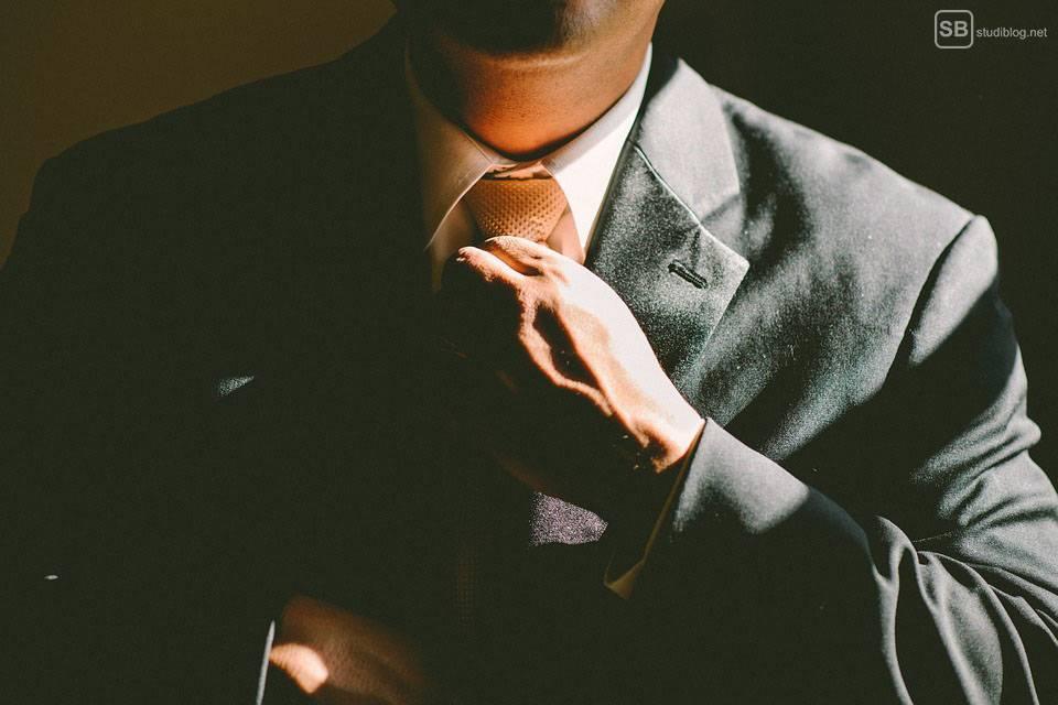 Mann mit Erfolg bindet sich die Krawatte