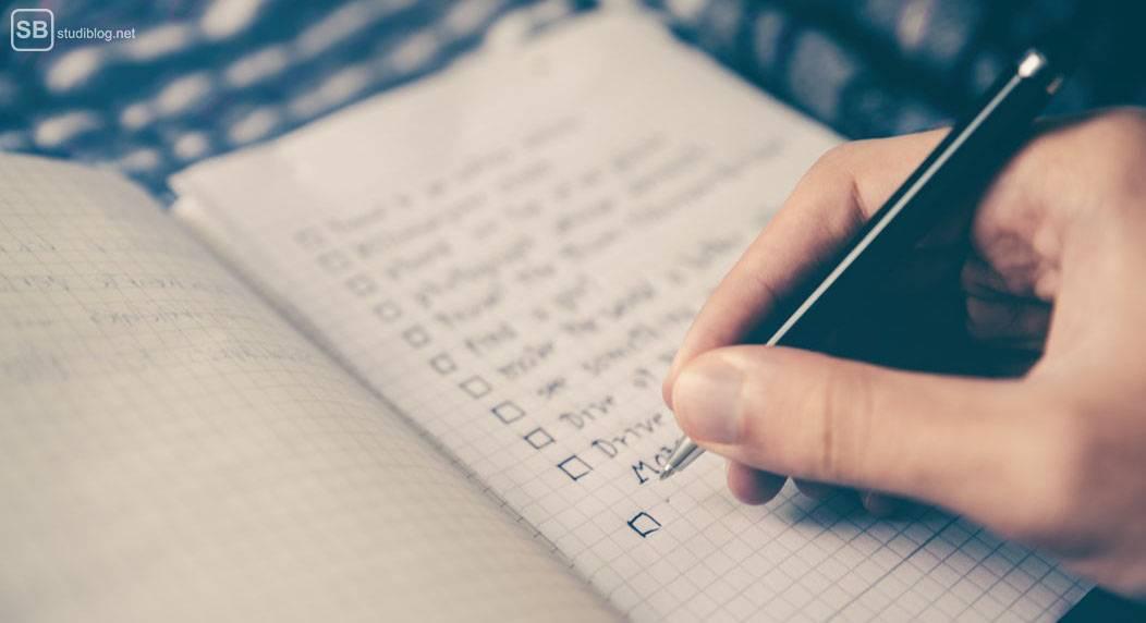 Gliederung und Aufbau der Master- oder Bachelorarbeit: Jemand schreibt eine To-Do-Liste in ein Notizbuch