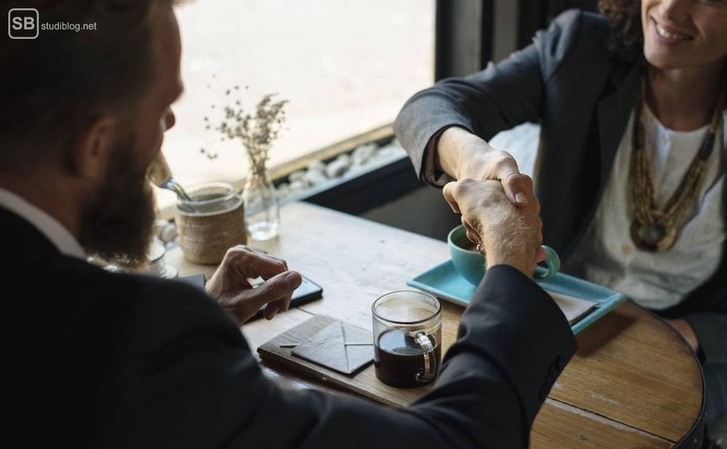 Networking: Business-Frau und Business-Mann knüpfen Kontakt in einem Café