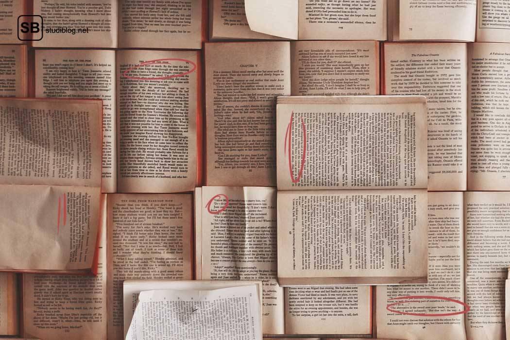 Eine Wand, vollgepinnt mit Büchern, als Symbol für das Thema Quellenangaben, Bestandteile undZitierweisen