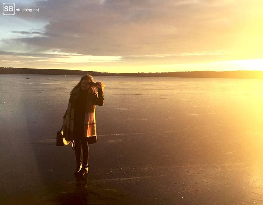Stockholm: Frau steht auf einem zugefrorenen See