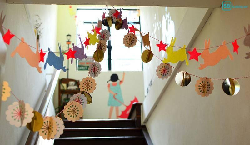Studieren mit Kind - Betreuung: Treppe eines Kindergartens, die mit Basteleien beschmückt ist
